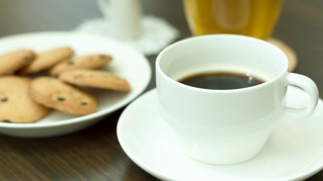 道端や、草地に生えている、たんぽぽ。実はこの根っこを使って、コーヒーを作ることができるのです。いわゆる、コーヒー と違うのは、カフェインが含まれていないこと。